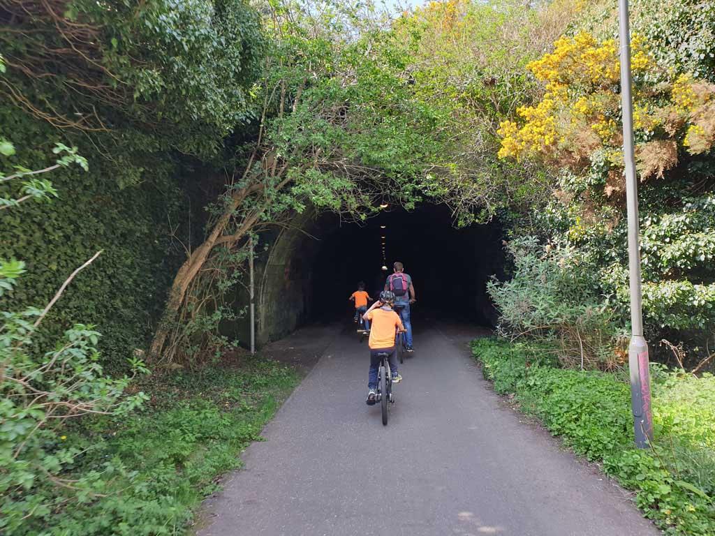 De koude en donkere tunnel in.
