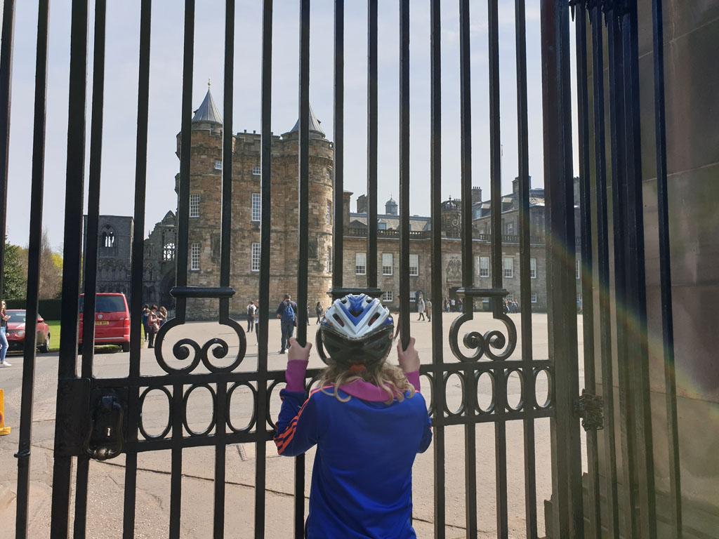 Gluren door de hekken van het Holyroodhouse paleis.