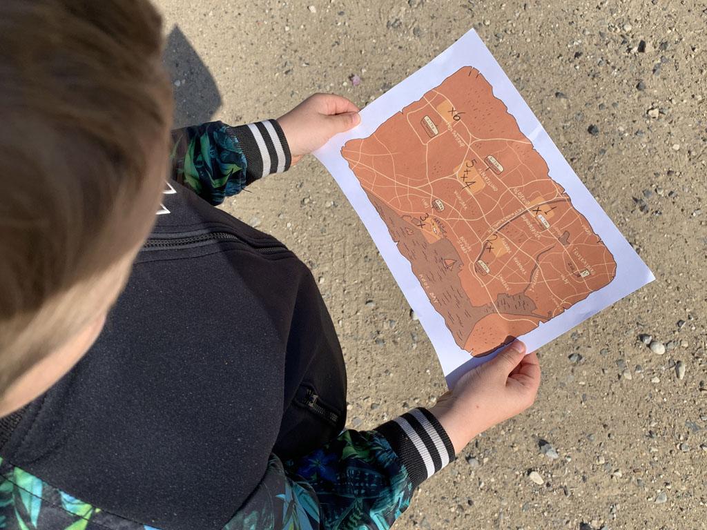 Met de kaart in de hand op zoek naar de 'Forgotten Giants', de houten reuzen bij Kopenhagen.