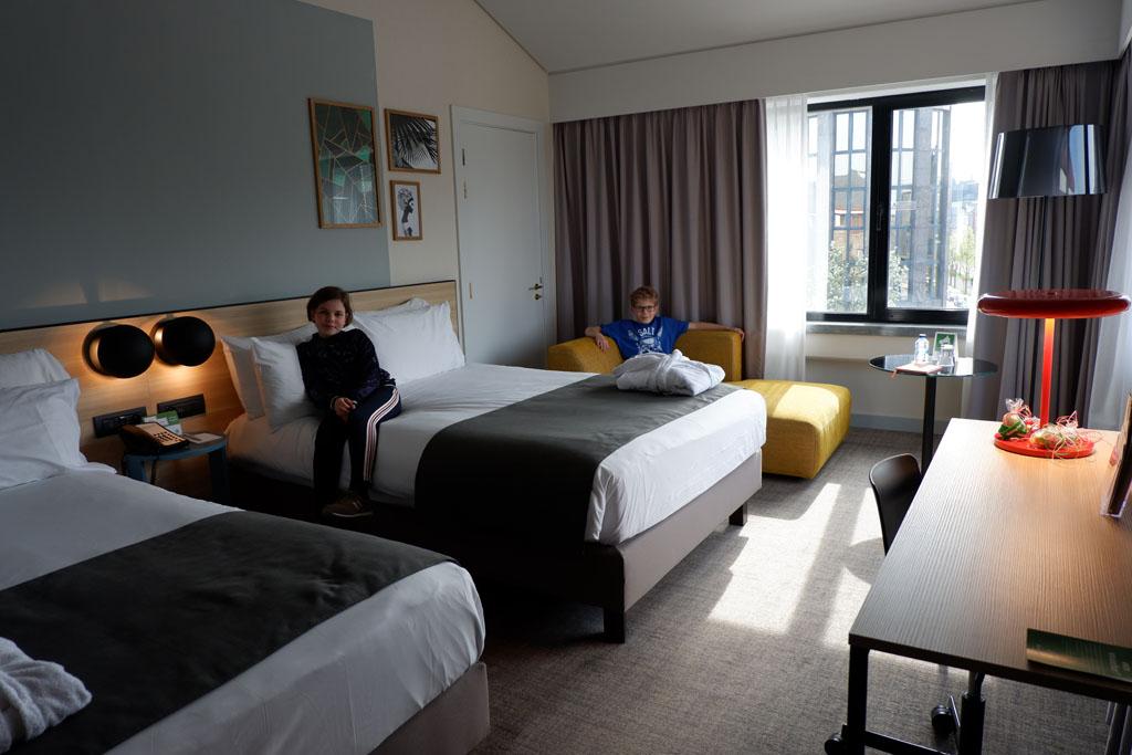We logeren in het Holiday Inn hotel en hebben een fijne familiekamer