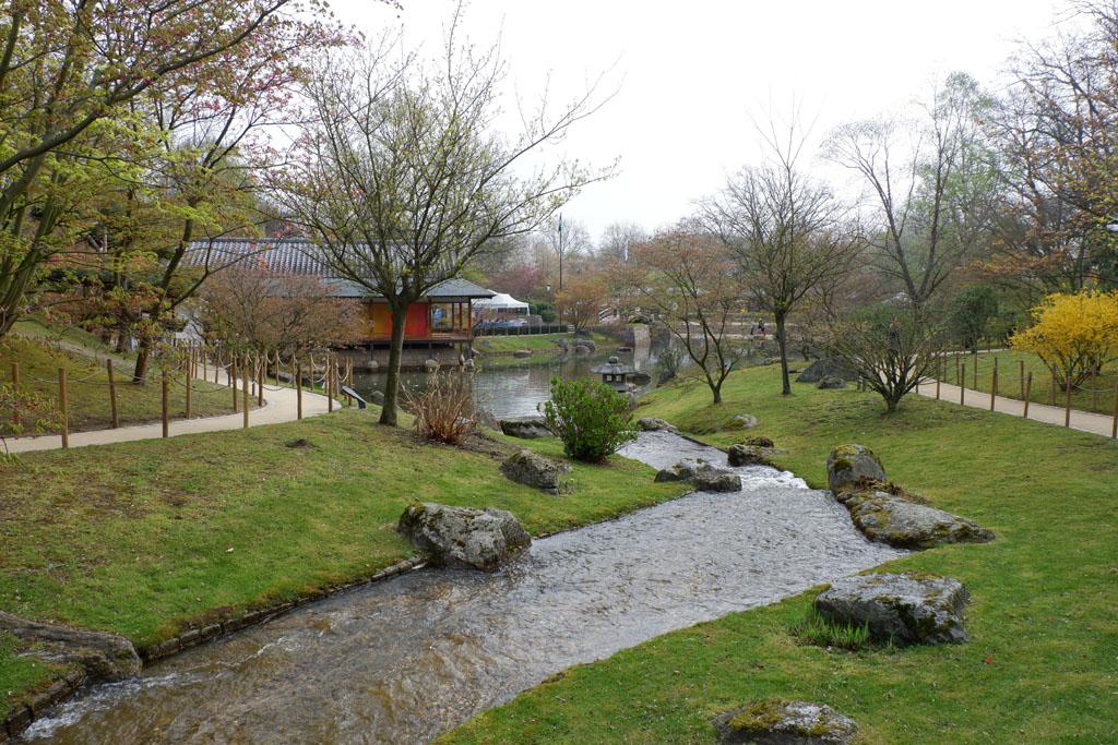 In de Japanse tuin overheersen de kleuren grijs en groen en zien we veel water en stenen.