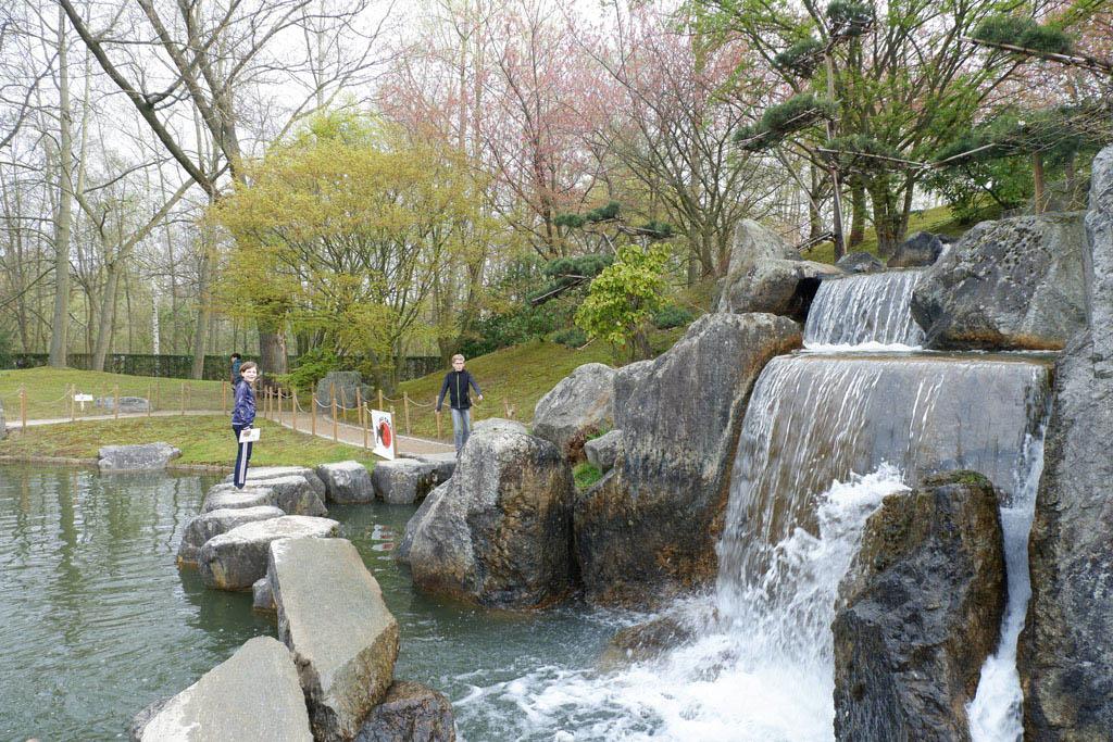 Om de waterval te kunnen passeren, zul je over grote stenen moeten stappen