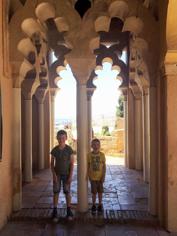 De paleizen bovenaan de Alcazaba zijn gebouwd naar het voorbeeld van de Alhambra in Granada.