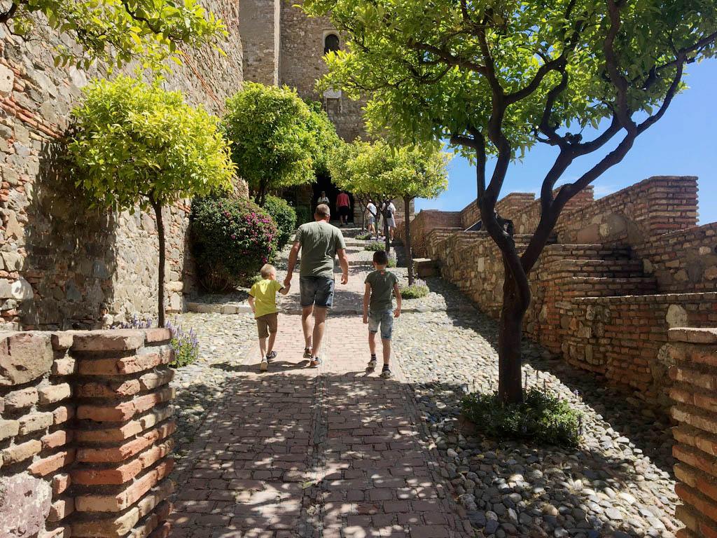 Alcazaba is van oorspong een Moors fort en gebouwd als een doolhof. We steken de plattegrond in de zak en laten de kinderen hun gang gaan.