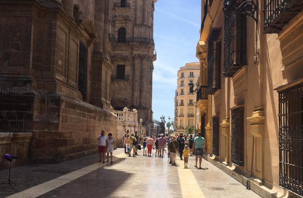 Links de grote kathedraal van Málaga: de manke dame.