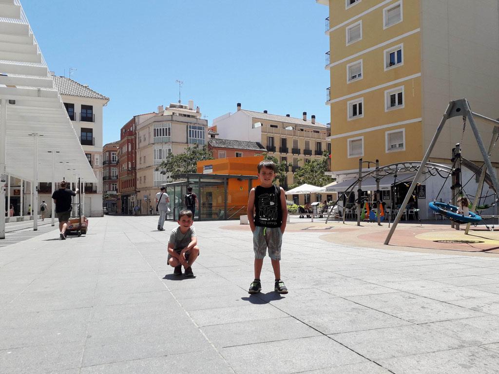Voor kinderen is het havengebied goed toeven. Links de overdekte boulevard, rechts een van de speeltuinen.