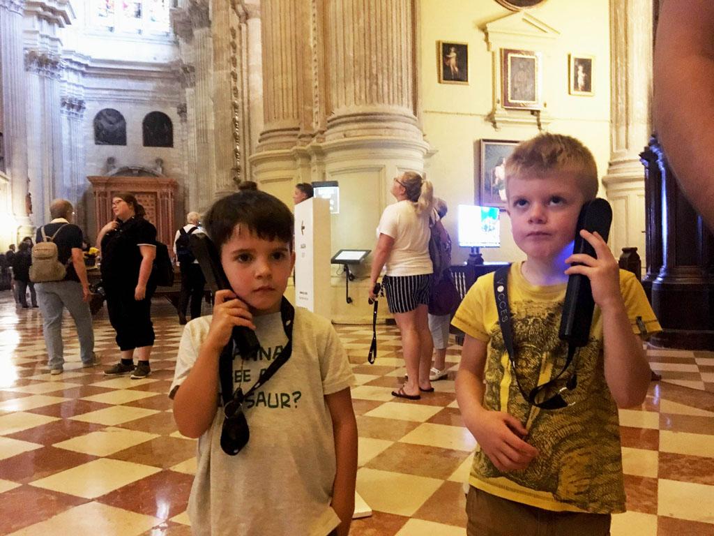 De audiotour in de kathedraal is ook in het Nederlands verkrijgbaar. Superhandig voor de kinderen.