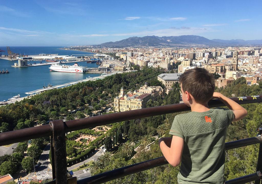 Halverwege de berg worden we beloond met een prachtig uitzicht over de stad en de haven.