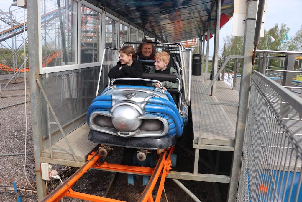 Onze eerste keer in een Engelse achtbaan, we zijn benieuwd.