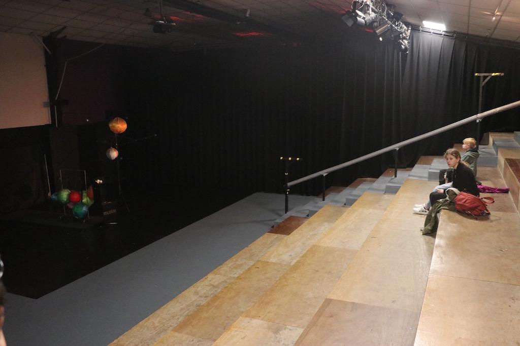 De zaal waar verschillende shows plaatsvinden is klein.