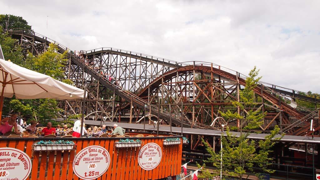 De houten achtbaan van pretpark Bakken.