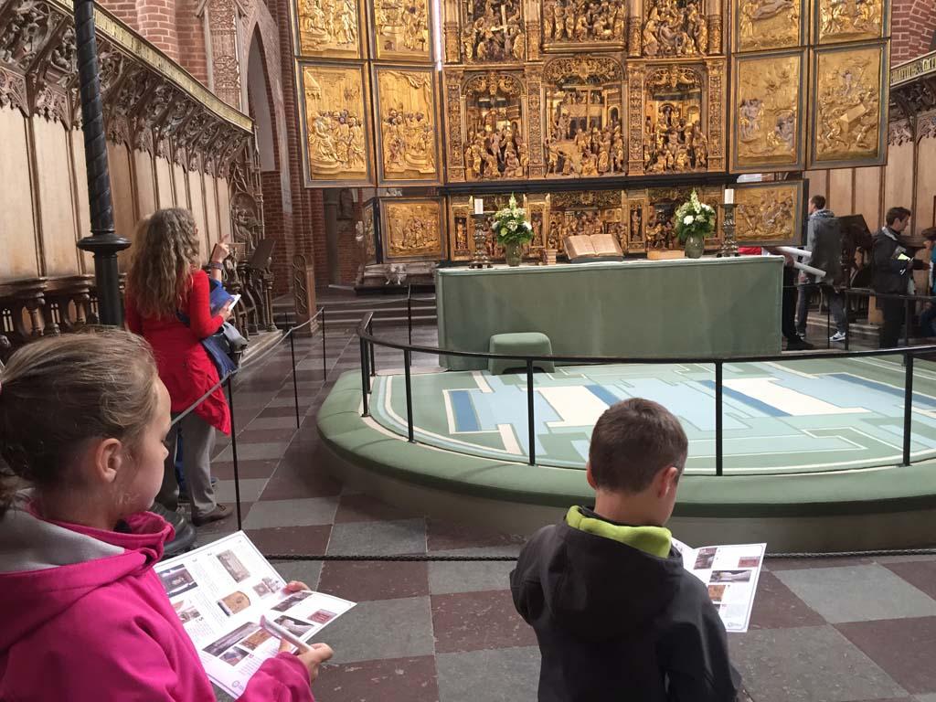 Druk bezig met de speurtocht in de kathedraal van Roskilde.