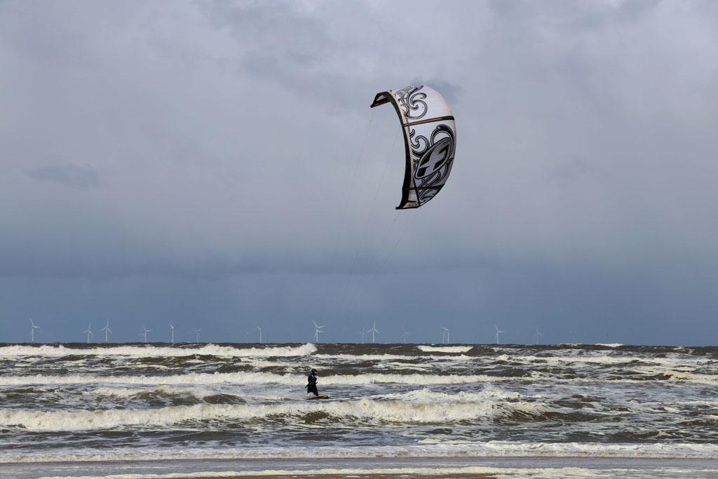 Vol bewondering kijkt mijn oudste naar de kitesurfers Slapen-in-de-duinen-22-jpg