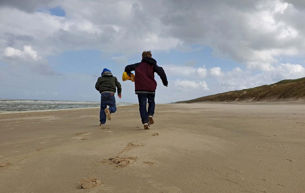 En natuurlijk even uitrazen op het strand Slapen-in-de-duinen-7-jpg