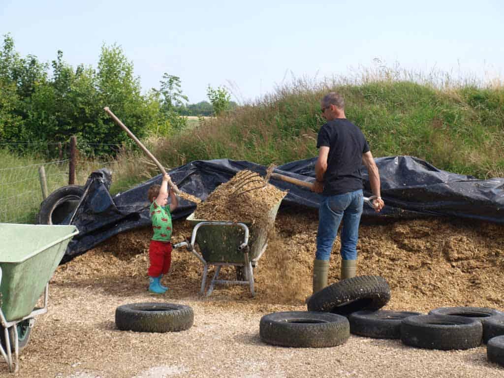 Boer Peter helpen op Camping de Oosthoek als je Walcheren met kinderen bezoekt