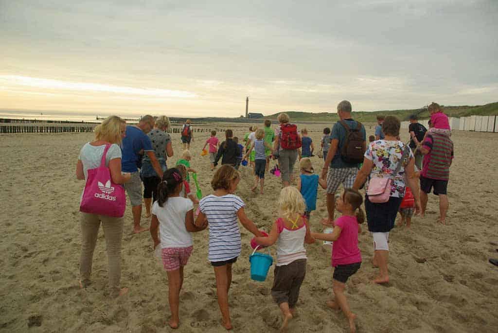 De kindersafari, samen schatten zoeken op het strand van Zoutelande