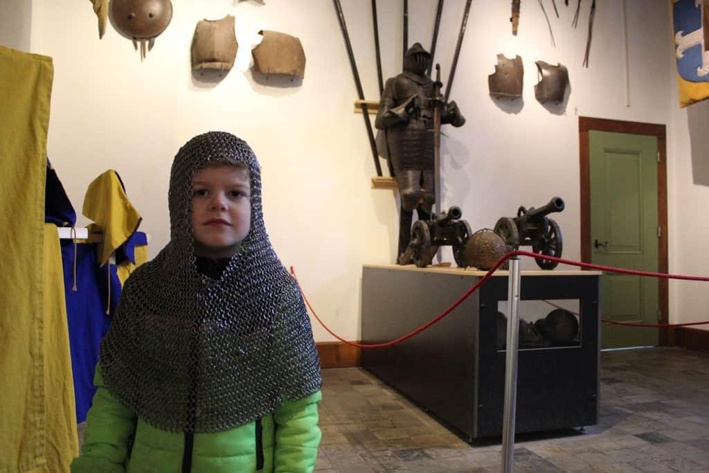 Die ridders hadden het vroeger echt niet makkelijk, loodzwaar zo'n maliënkolder.