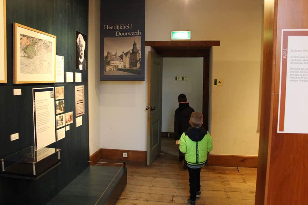 Een bijkomend voordeel van de speurtochten zijn, dat de kinderen zelf door het kasteel hun weg zoeken.