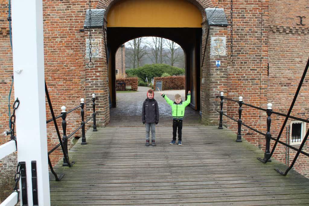 Over de ophaalbrug naar de binnenplaats van Kasteel Doorwerth.