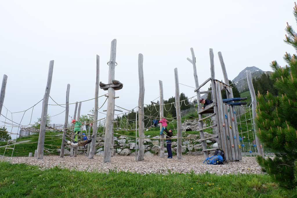 Klimmen in de speeltuin op Brunni bij Ristis