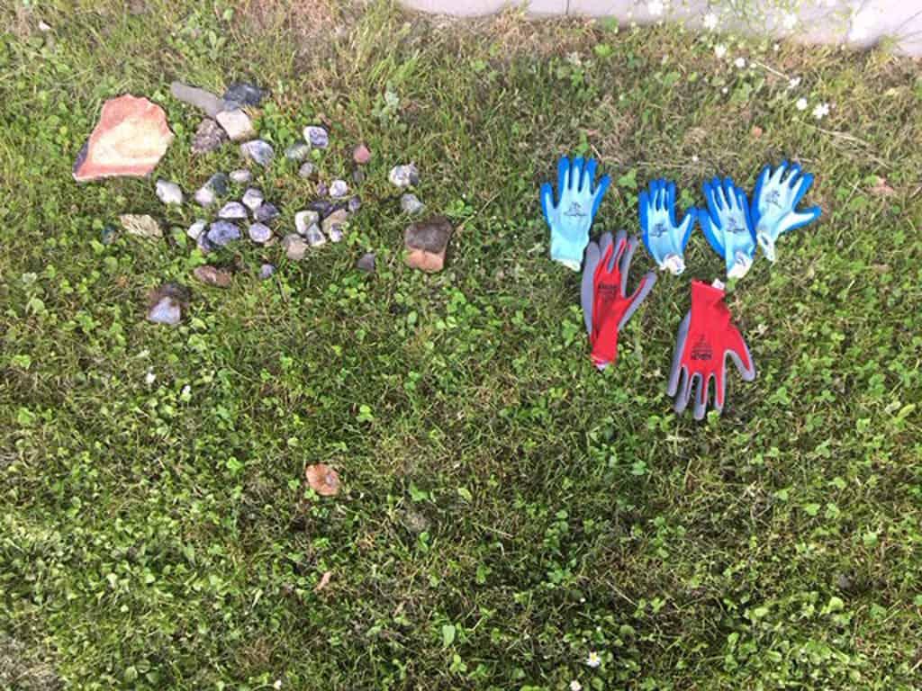 Handschoenen zijn een aanrader voor kinderen om zelf edelstenen te zoeken in het edelsteencamp bij de Steinkaulenberg.