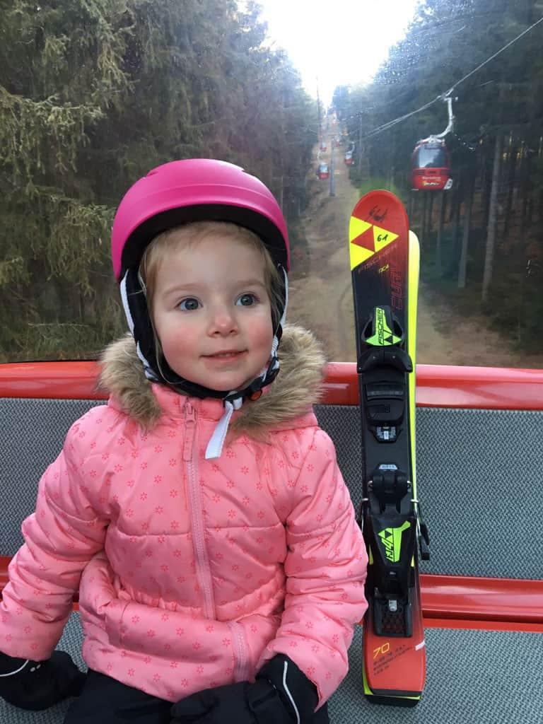 Helemaal klaar voor haar eerste keer skiën