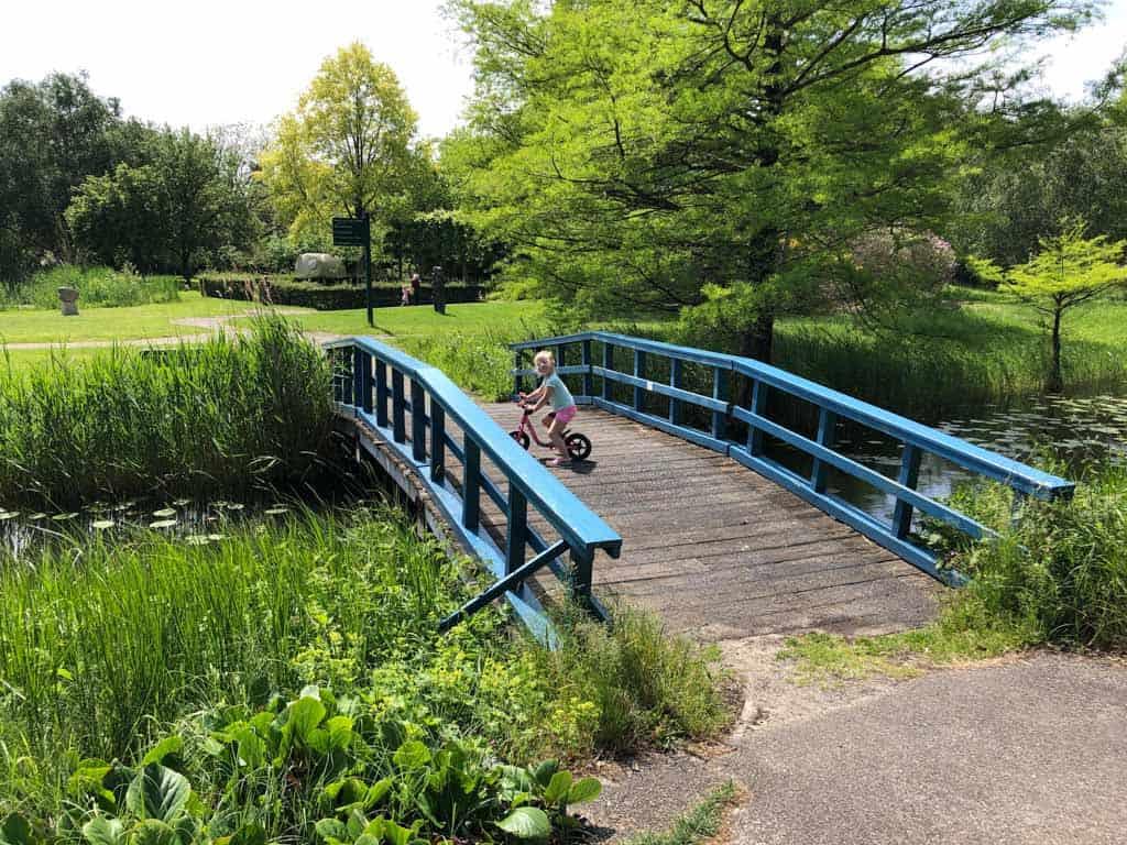 Via dit bruggetje door naar de volgende tuin