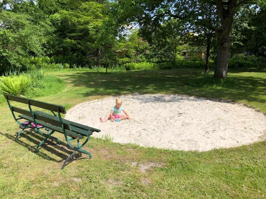 Deze natuurlijke zandbak ligt tussen de verschillende tuinen in