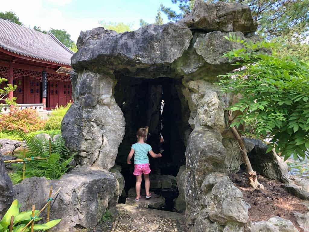 Van steen naar steen onder de waterval door
