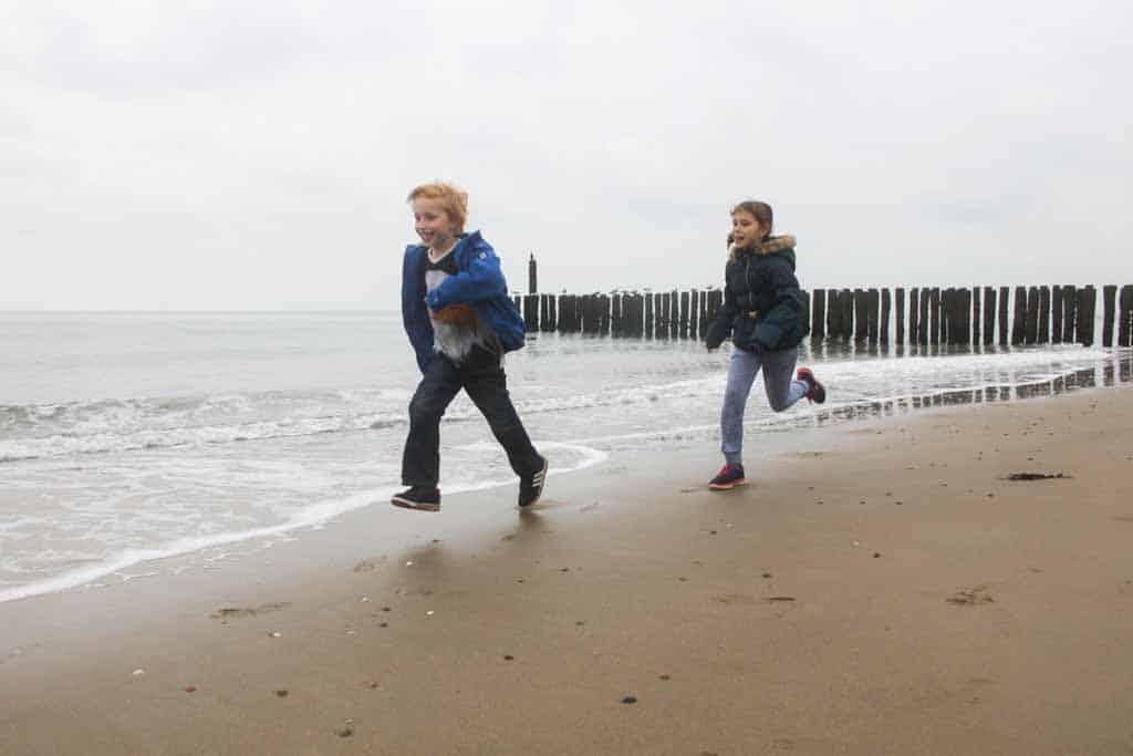 De straffe herfstwind en najaarsbuien trotseren tijdens een vakantie naar Walcheren met kinderen