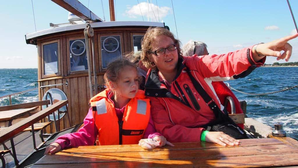 Vanaf de boot hebben we goed zicht op de witte krijtrotsen.