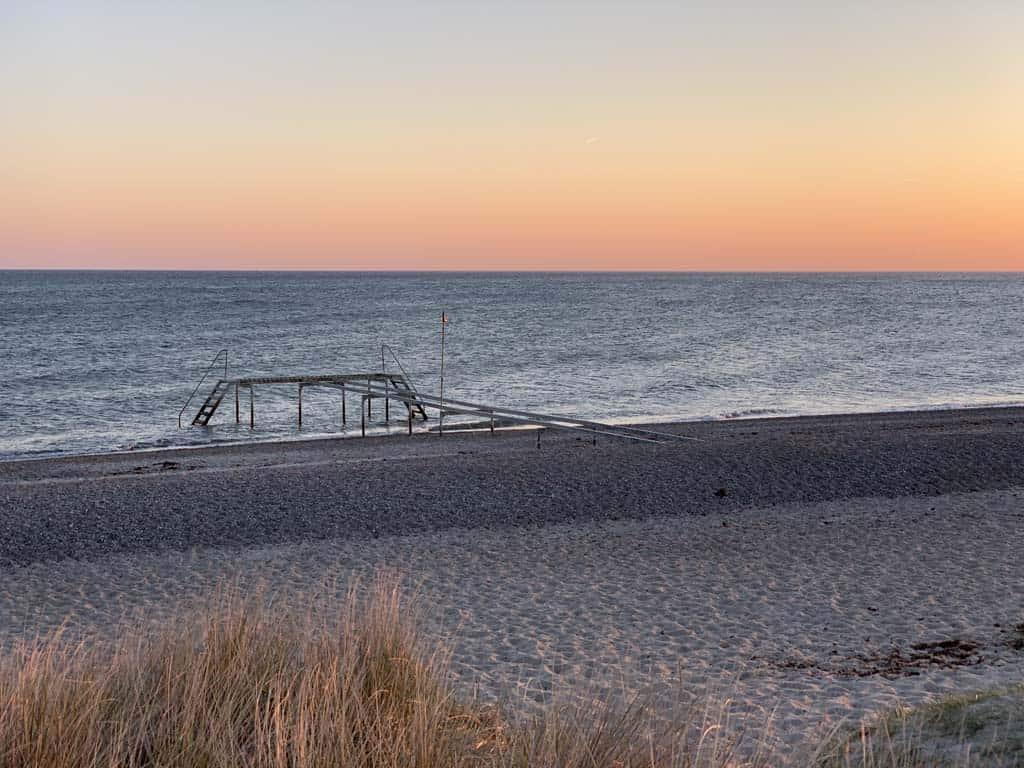 Het vakantiepark ligt direct aan zee. Zeker de moeite waard om 's avonds de zon onder te zien gaan.