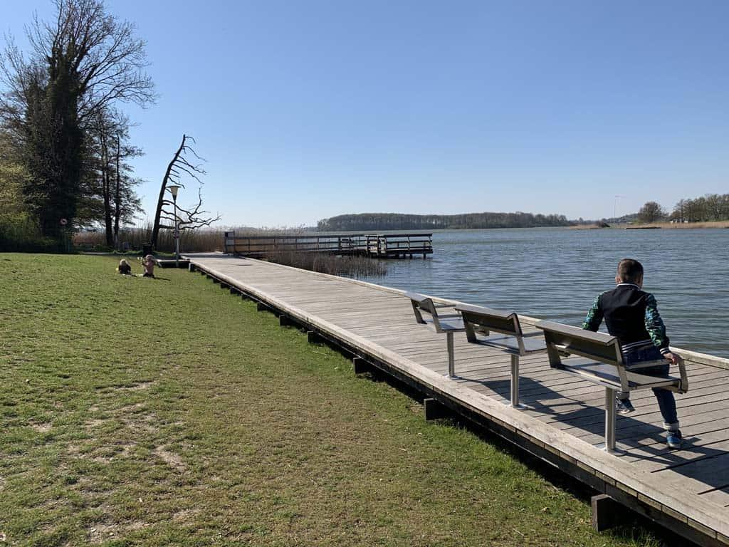 Lol met de draaiende stoelen aan het water. Hier vertrekt zomers ook de rondvaartboot.
