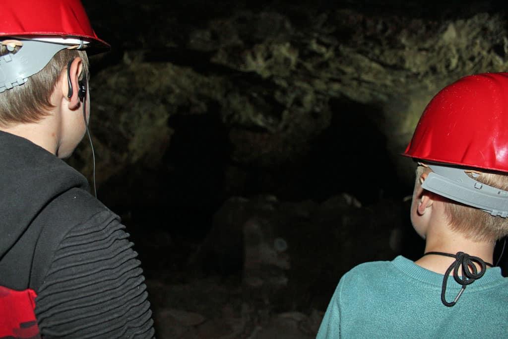 Een donkere tunnel waarin vroeger de mijnwerkers op zoek gingen naar edelstenen.