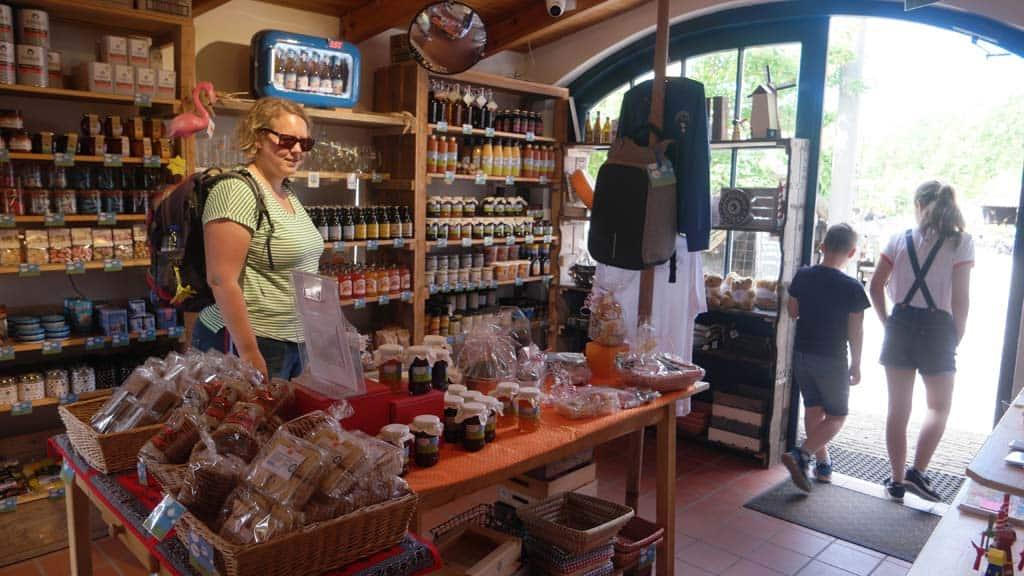Een winkel vol met Zeeuwse streekproducten.