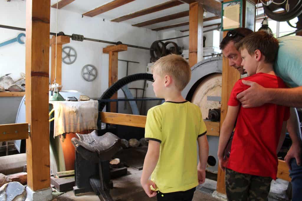 Binnen in de historische edelsteenslijperij in Idar-Oberstein is het klein en authentiek. De kinderen krijgen uitleg in het Nederlands via de geluidsinstallatie. Handig!