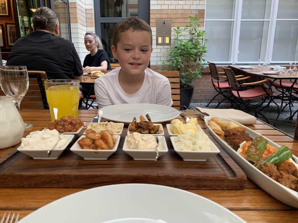 Voor het eerst Turks eten. Vooraf kijkt mijn jongste wat twijfelachtig, maar hij smult er daarna van.