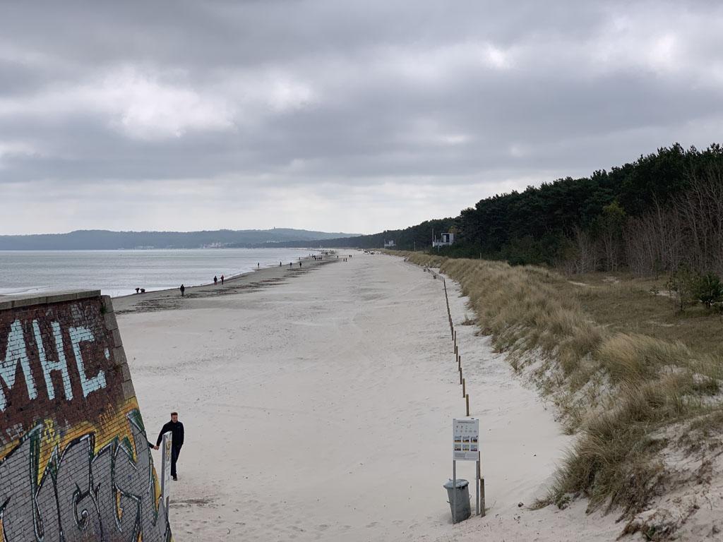 Even door de bosrand lopen en dan ben je op het strand.