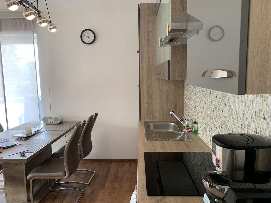 Het keukenblok met de eettafel.