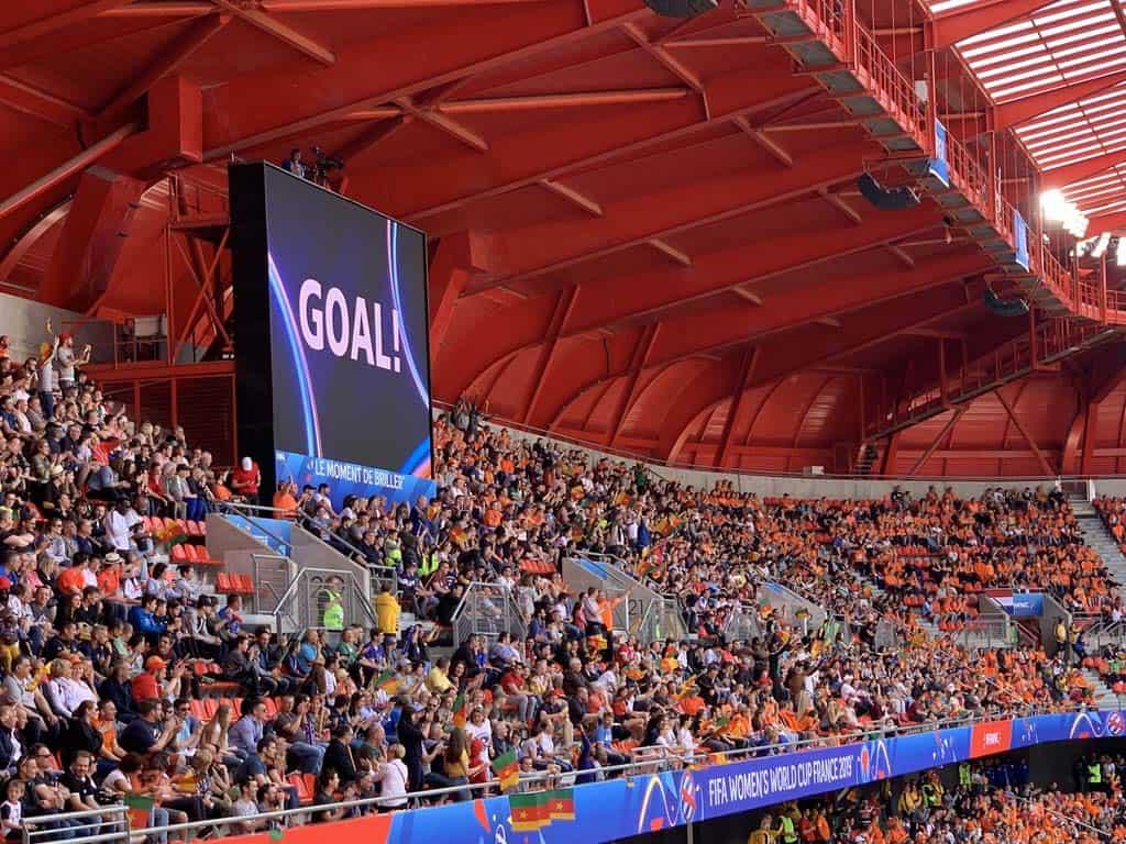 GOAL!!! En dan staat het hele stadion op z'n kop.