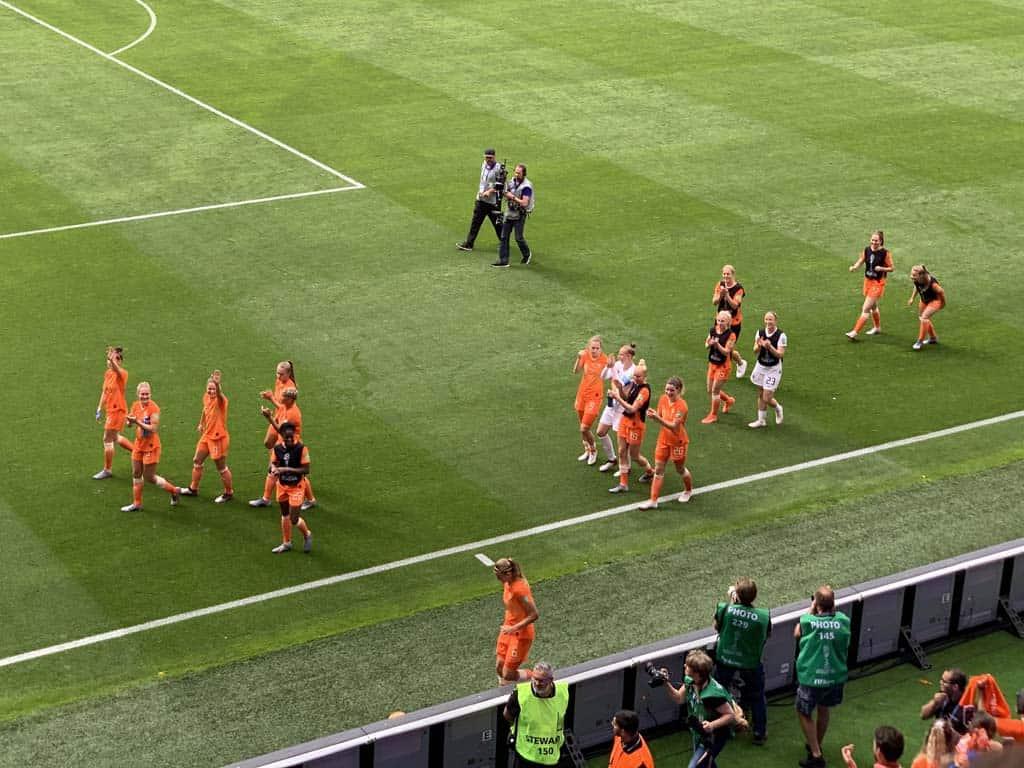 Na afloop van de wedstrijd lopen de Oranjeleeuwinnen een rondje om het veld en zwaaien ze naar alle fans.