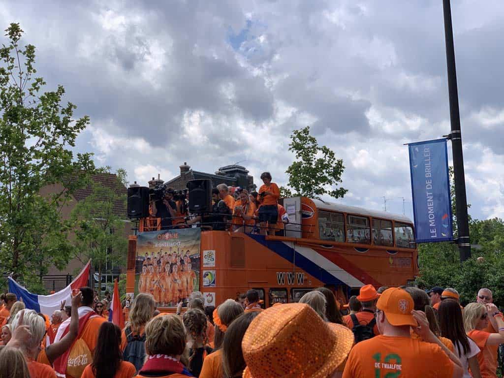 Met alle oranjefans achter de bus aan.