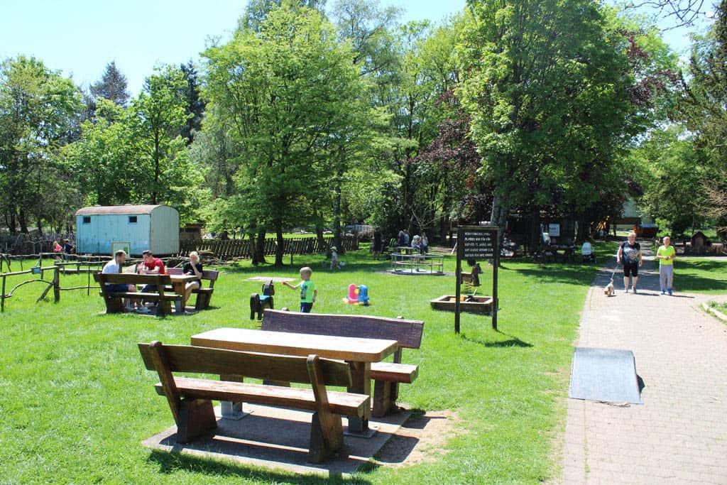 De speelplaats bij de entree heeft ook gelegenheid voor picknicken en barbecueën (zelf benodigdheden meenemen).