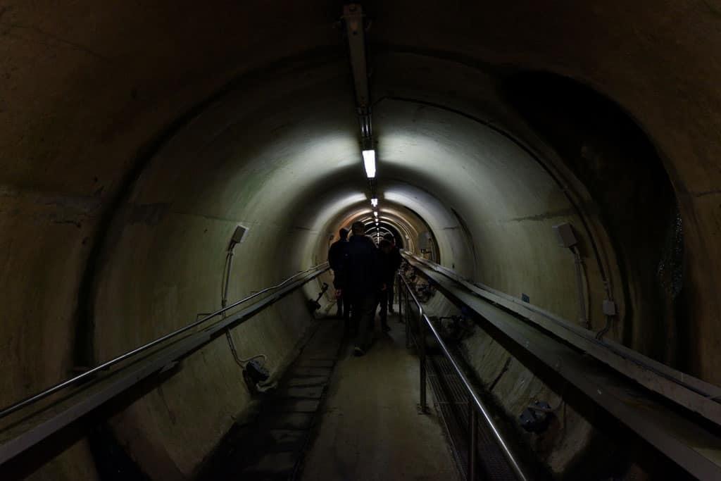 Tunnel dwars door de stuwdam