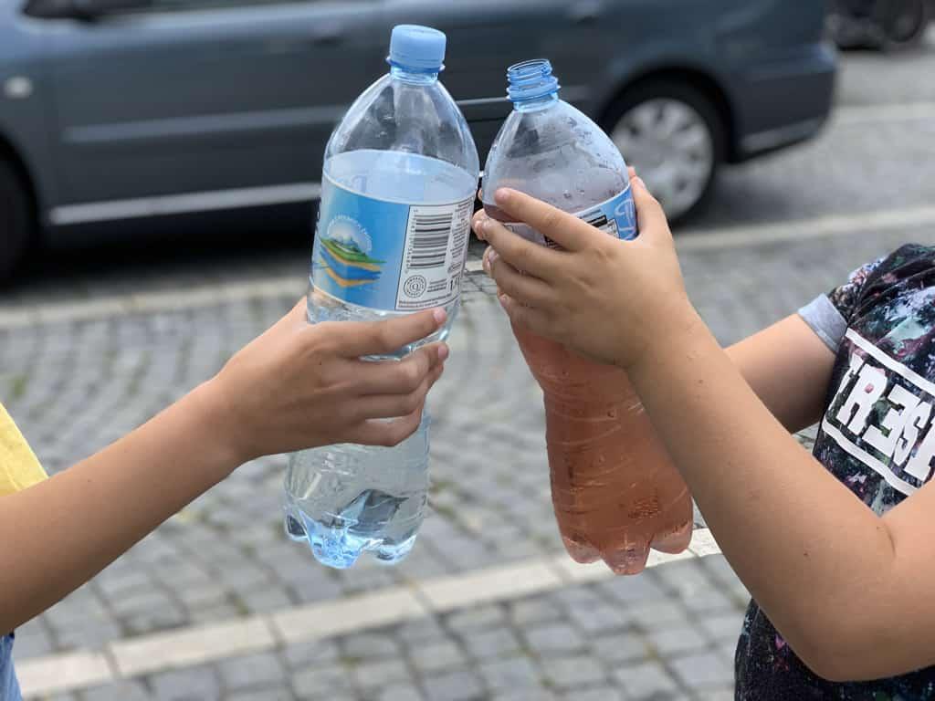 Water wordt makkelijk limonade met de versterkte limonadesiroop.