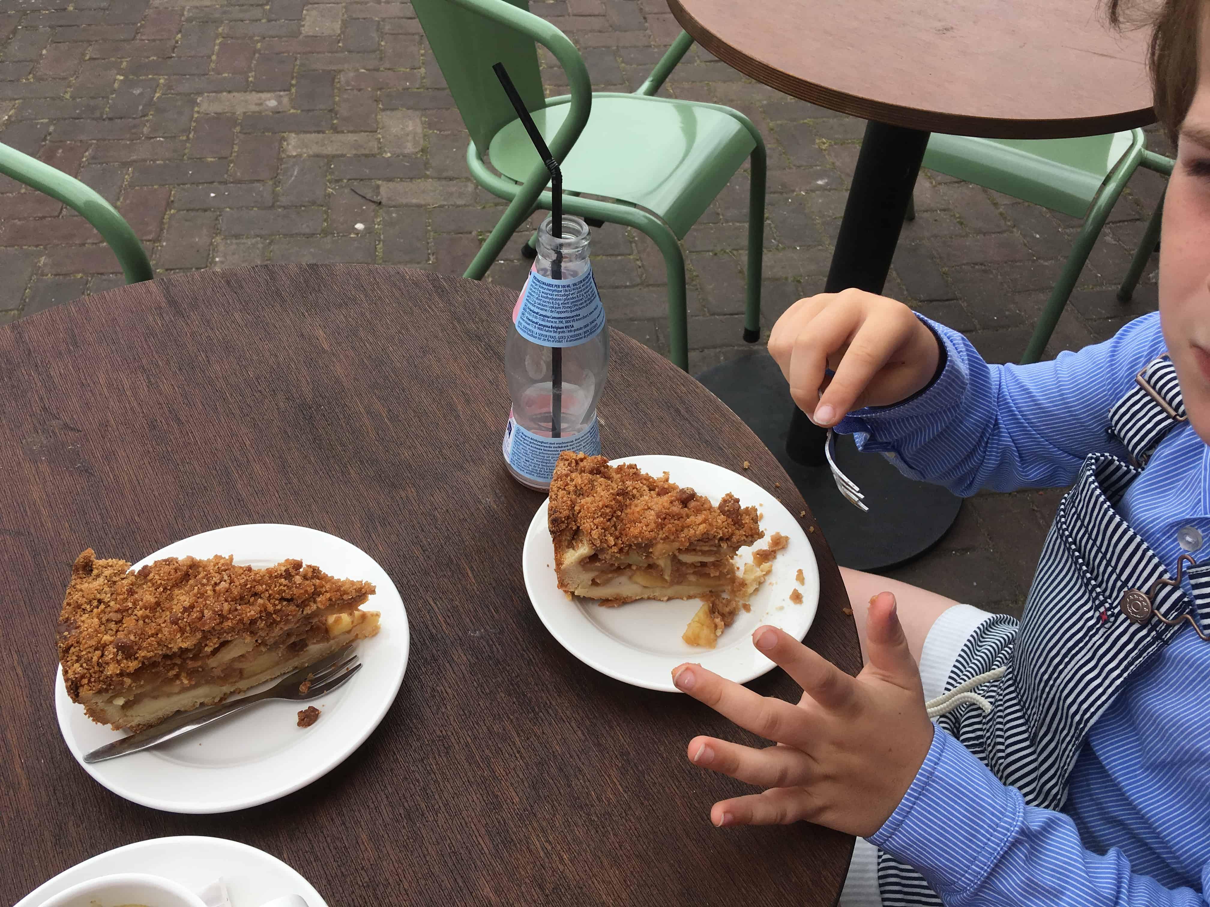 Fosse indachtig genieten wij van een punt overheerlijke appeltaart.