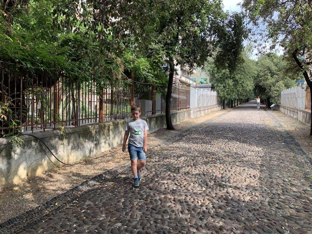 Dit is het pad van het entreegebouw richting het Archeologisch Museum.