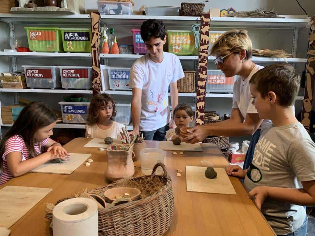 Uitleg over het maken van het potje van klei.