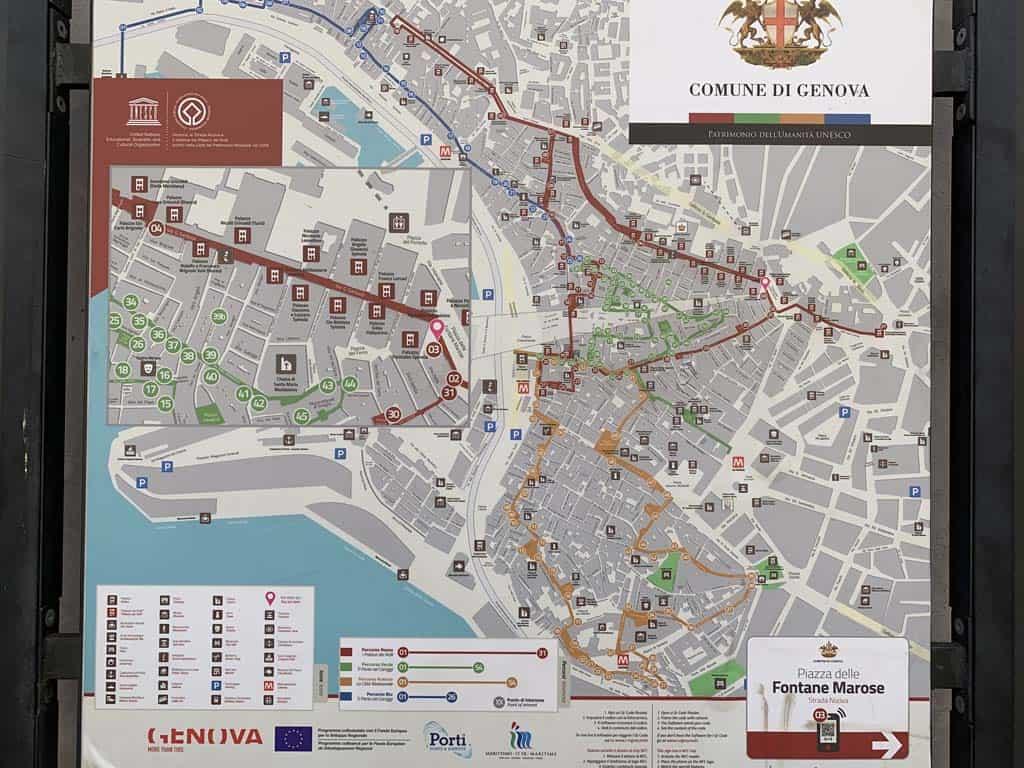 Deze borden met wandelroutes door de binnenstad van Genua staan op verschillende locaties in het centrum.