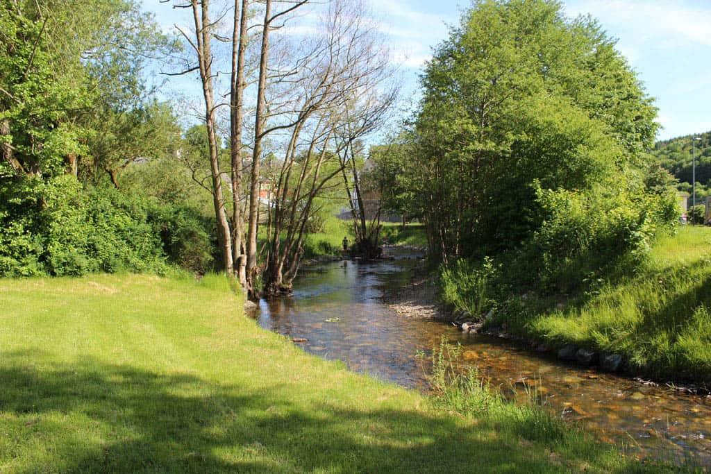 Naast de speelplaats stroomt rivier de Fischbach, waar de kinderen in spelen